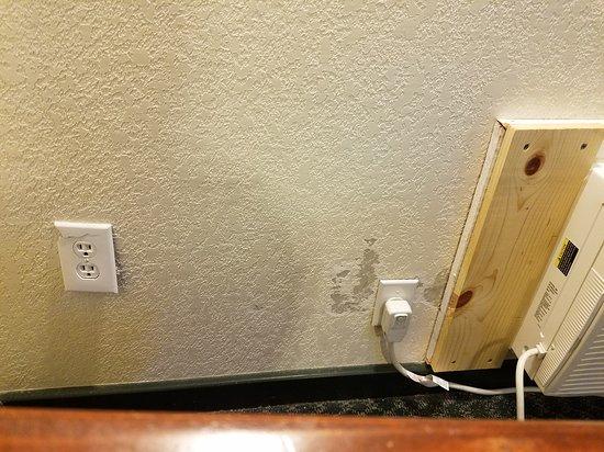 Riverbend Motel & Cabins: broken outlet covers