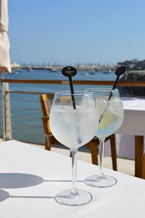 VillaCascais Guesthouse: Gins by the pool at Albatroz