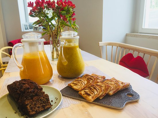 Vermelhosa: Fresh juices, banana bread and mini apple pies for breakfast