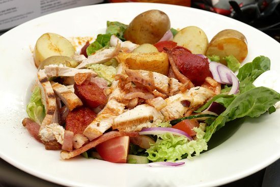 The Telegraph Pub: succulent grilled chicken strips on salad with potatoes