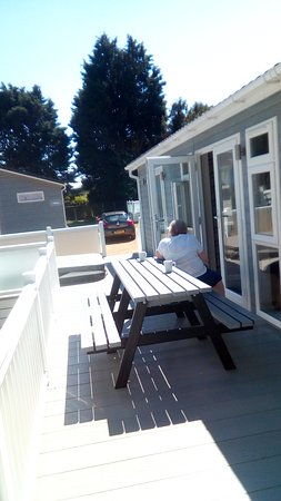 Hemsby Beach Holiday Park: The deck with table and hot tub