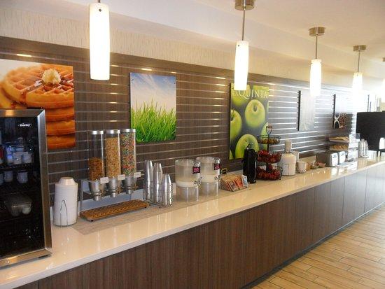 La Quinta Inn & Suites by Wyndham Kingman: breakfast area
