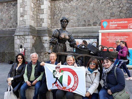 A Spasso Per Dublino: Sotto la statua di Molly Malone