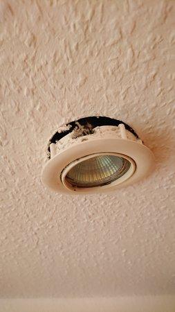 Mingarden Hotel: Lampe hängt runter
