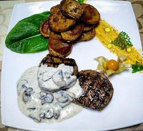 Ресторан Юг: Медальоны из телятины под сливочно-грибным соусом