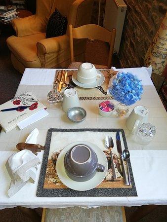 Landivy, France : Table du petit déjeuner