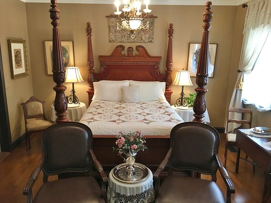 Abigail's Grape Leaf Bed & Breakfast, LLC: The Schiller Strasse Parlor Suite has a queen size bed & chandelier. The bathroom has a shower.