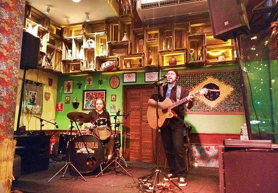 Tatu Bola Berrini: band playing covers of Brazilian and classic hits.