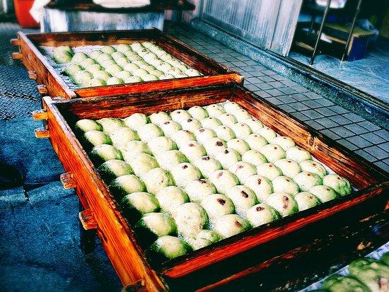 Chinese restaurant Caozaiguo: 天元宮絕美吉野櫻賞櫻必吃-淡水香桂阿嬤草仔粿天天都有賣喔! 北新莊淡水天元宮回來一點的101縣道上,看到黃色卡通阿嬤招牌就是囉!