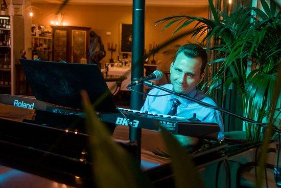 Garibaldi Restaurant: ours pianist