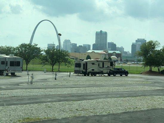 Øst St. Louis, IL: RV sites looking toward Arch
