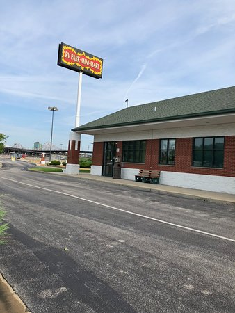 Øst St. Louis, IL: The non-existent Mini-Mart and entrance to the park.