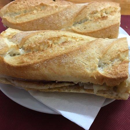 Bar Maillo: Bocadillo de lomo con queso y cebolla