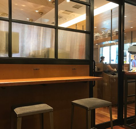 Seattle's Best Coffee JR Hakata: 喫煙室のカウンター席(コンセントあり)