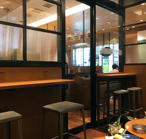 Seattle's Best Coffee JR Hakata: 喫煙室内から見た禁煙室