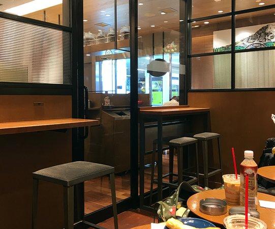 Seattle's Best Coffee JR Hakata: 喫煙室の雰囲気(写真右端にテーブル席がチラリ)