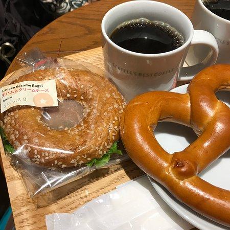 Seattle's Best Coffee JR Hakata: ベーグルサンド(左)とプレッツェル