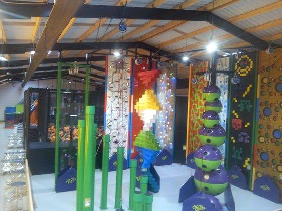 Crevin, France: Espace Climb (1er plan), Trampoline (2ème plan), Plaine de jeux (2 zones : 1-5 ans et 5-12 ans)