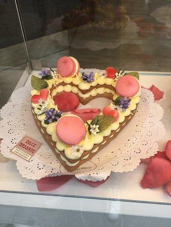 Ponte degli Alpini: Some of the yummy cakes