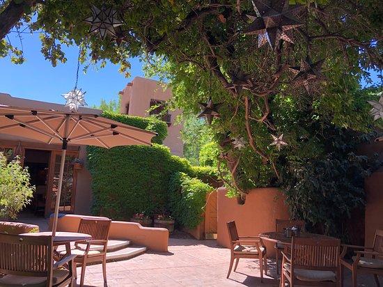 Inn on the Alameda: Breakfast on the patio
