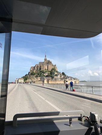 Аббатство Мон-Сен-Мишель: 対岸から20分間隔で出ている無料バスからの景色です