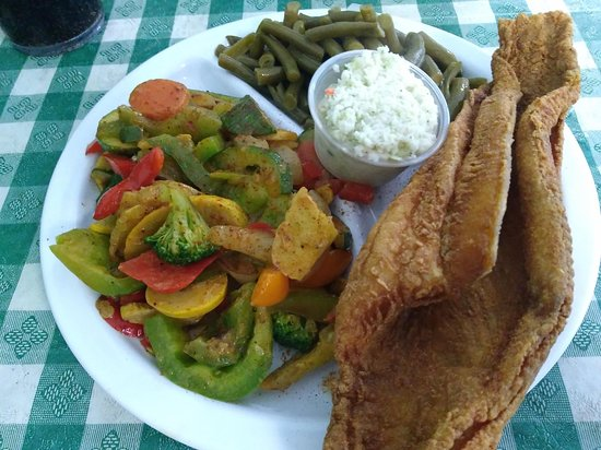 Dean's Southern Bistro: Flounder with veggies and green beans.