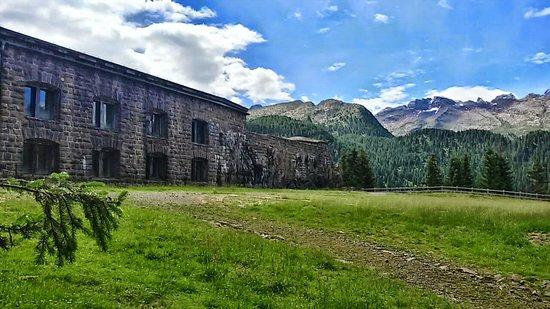 Predazzo, Italie : Forte asburgico risalente all'800 e ampiamente impiegato come postazione difensiva durante il pr