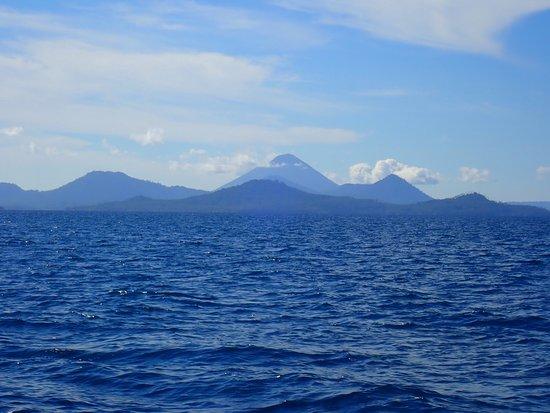 Walindi Plantation Resort: Volcanoes as seen from dive boat