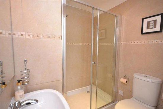 Chillington, UK: king room bathroom