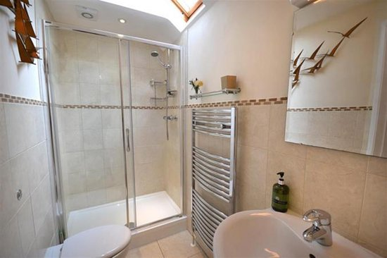 Chillington, UK: double room bathroom