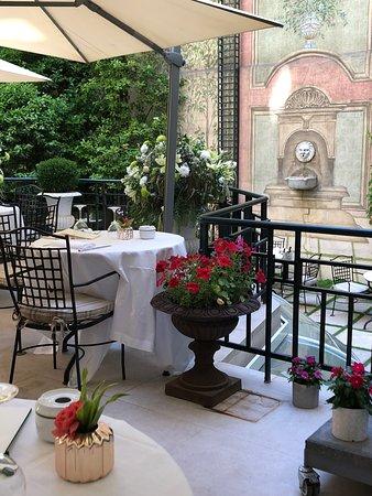 Mesas preparadas para el brunch en Jardín de Orfila