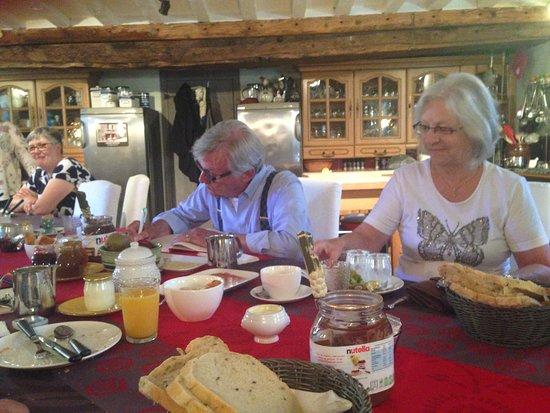 B&B L'Ancien Pressoir: Le petit déjeuner dans la cuisine typique