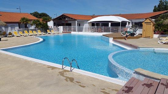 La Bernerie-en-Retz, Pháp: Piscine extérieur avec bain a remous