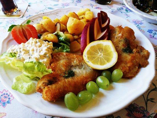 Kempen, Alemanha: Rotbarschfilet mit Bratkartoffeln