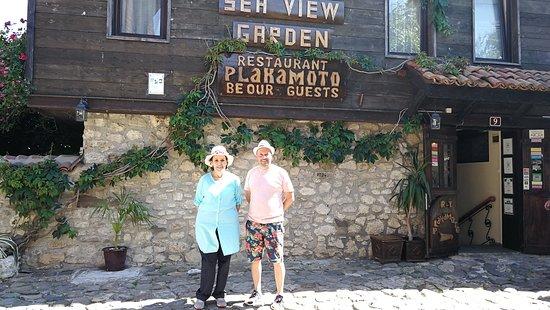 Plakamoto: A la salida del restaurante y el dueño nos acompañó para despedirnos