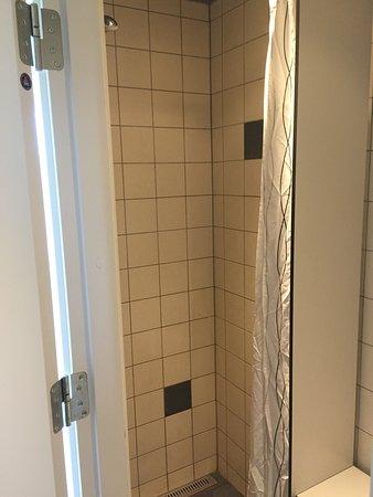 Danhostel CopenHagen Bellahoj: shared bathroom push button shower