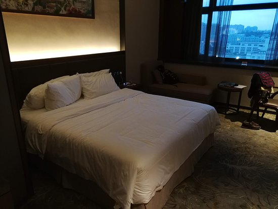 Hongtai Hotel: Double queen size bed of comfortable quality and pillows