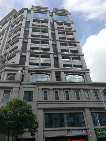 Hongtai Hotel: Side view of the hotel