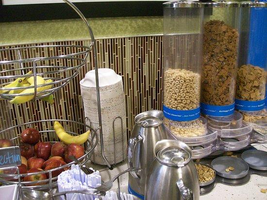 Hampton Inn Anderson: Complimentary Breakfast