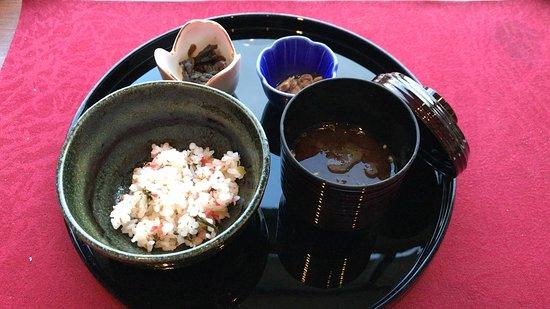 Lavista Fuji Kawaguchiko: <お凌ぎ>梅ちりめんご飯 味噌汁と小鉢二品 (2018/06/26) *以前のべったら漬けも美味しかった。