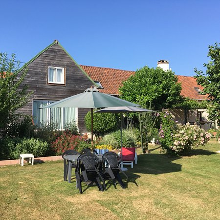 Hesdin, France: Sun brollies and loungers provided to enjoy the sun.