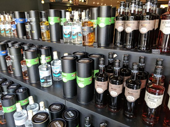 L'Aventure du Sucre: Large selection of rums to purchase after tasting.