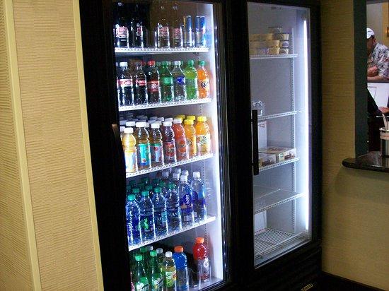 Hampton Inn & Suites Savannah - I-95 S - Gateway: Mini Mart in the Lobby Area