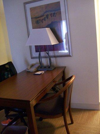 Hampton Inn & Suites Savannah - I-95 S - Gateway: Room 622. Work Desk