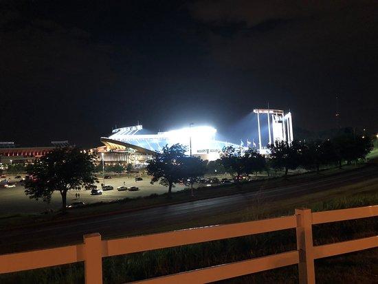 Drury Inn & Suites Kansas City Stadium: Part of walk to Ball Park