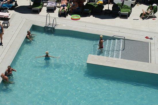 Moi A La Piscine la petite piscine (insignifiante pour moi) - picture of melia costa