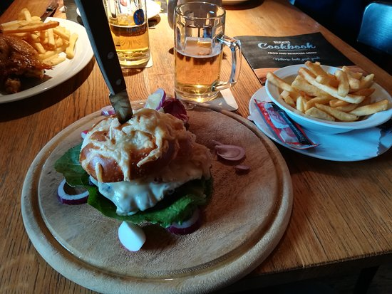 Garbsen, Germany: Pretzel burger con patatine