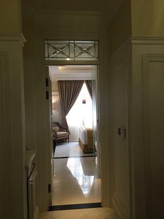 The Hermitage, a Tribute Portfolio Hotel, Jakarta: 前室から見て、廊下の奥に寝室がある。