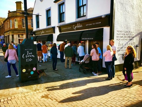 Largs, UK: Artisan ice cream straight from the shop window.