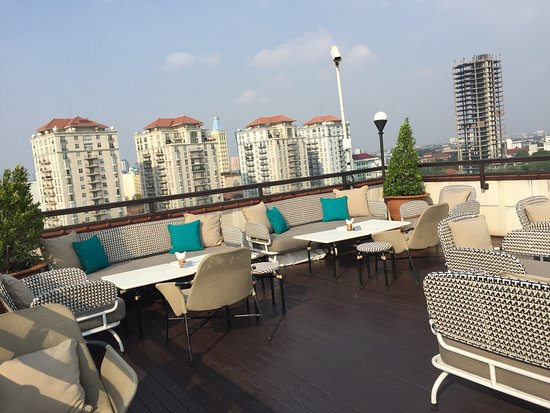 The Hermitage, a Tribute Portfolio Hotel, Jakarta: ルーフトップバー。ソファ席とカウンター席がある。